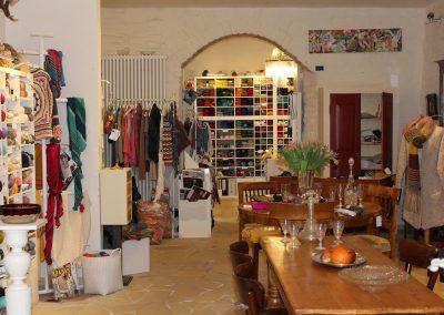 Ladentisch und Strickjacken im Maschenwerk